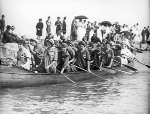 Women paddle a war canoe from the Balmy Beach Club circa 1909. PHOTO: City of Toronto Archives