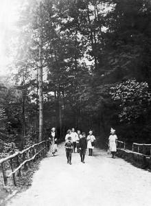 Children enjoy the Glen Stewart ravine circa 1910. PHOTO: City of Toronto Archives, Fonds 1244, Item 7231